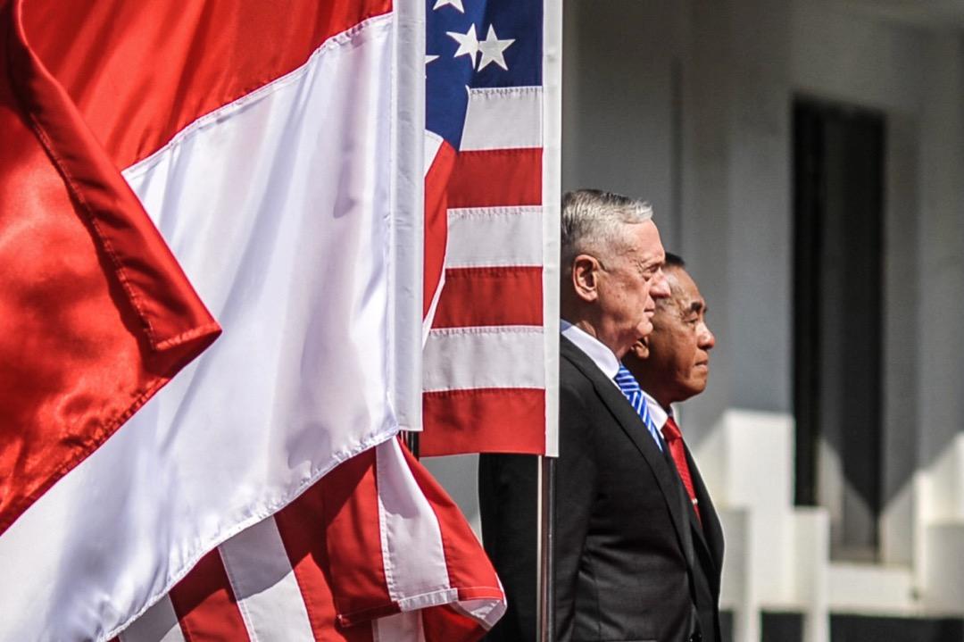 《國防戰略》報告發布後,馬蒂斯立即出訪印尼越南兩國,用印尼人新發明的「北納土納海域」稱呼南海部分海域,又宣布3月美國航母將在二戰後第一次訪問越南。這種種行為,都顯示美國在2018年「重返南海」的決心。