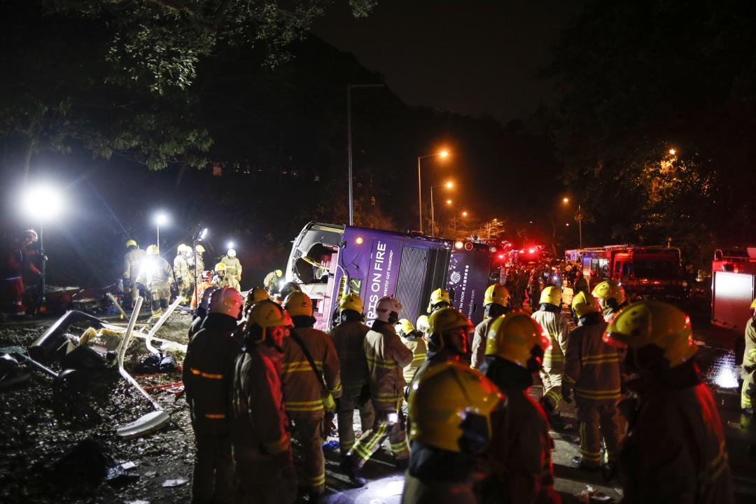 2月10日傍晚,香港大埔公路發生涉及一輛雙層巴士的嚴重交通意外,造成19人死亡,61人受傷。事件中發生一段小插曲,當警員要求在場記者移離翻側的巴士,以便消防員進行救援工作時,有香港無線新聞記者反要求讓其多留「3分半鐘」作直播報道,惹來強烈批評。 攝:林振東/端傳媒