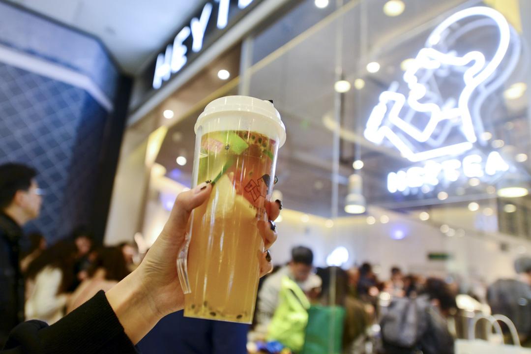 在不少評論人看來,喜茶代表了一種創業公司可以參與的新零售方向。然而,這家茶飲企業的成功更應該歸功於對消費升級概念的精確理解,加上極強的營銷手段。