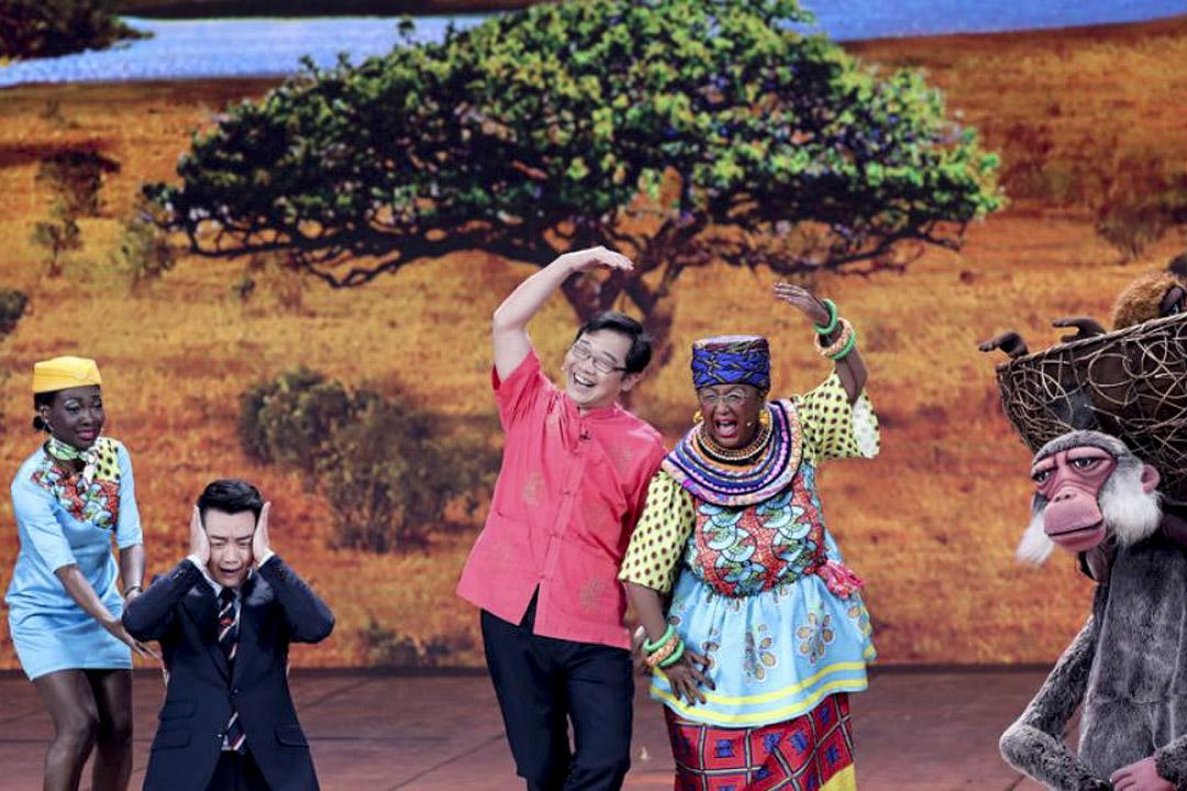 2018狗年央視春晚小品《同喜同樂》自打播出便引起了不小的風波。以中國公司在肯尼亞承建蒙內鐵路為主線,來自肯尼亞、加納、烏干達等國的表演者與鄭愷、婁乃鳴、大兵上演了一出相親鬧劇。  網上圖片