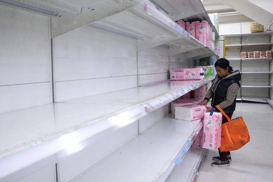 2018年2月26日,台灣衛生紙業者宣布三月調漲後,各大賣場掀起一波搶購潮,賣場架上的衛生紙幾乎被掃購一空,民眾趕緊買走剩下的幾包回家備用。 攝:余承翰/聯合報係 via Imagine China