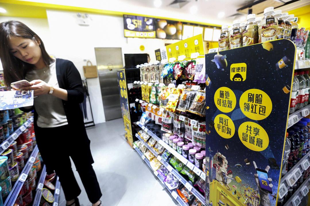 截至2017年9月,已經有至少16家無人貨架獲得投資,當中最高的達到3.3億元,融資總額超過25億元。圖為上海自助便利店「猩便利」。 攝:Imagine China
