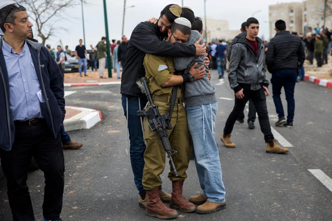 2018年2月6日,猶太教教友伊塔馬爾·本·加爾在西岸Har Bracha舉行葬禮,他的朋友神情悲傷。死者是早前被一名巴勒斯坦襲擊者在公車站的刺殺襲擊中喪生。