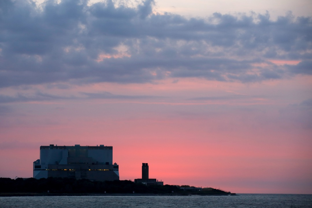 中英合作建設欣克利角C核電站,開啟了中國國營企業投資西方核項目的先河。但文翠珊執政後整個國家的戰略重點全面轉向了脫歐立法和談判的工作,兩國雙邊貿易額自退歐以來不斷下滑,核電站項目上的合作也曾一度被文翠珊緊急叫停。圖為欣克利角B核電站。