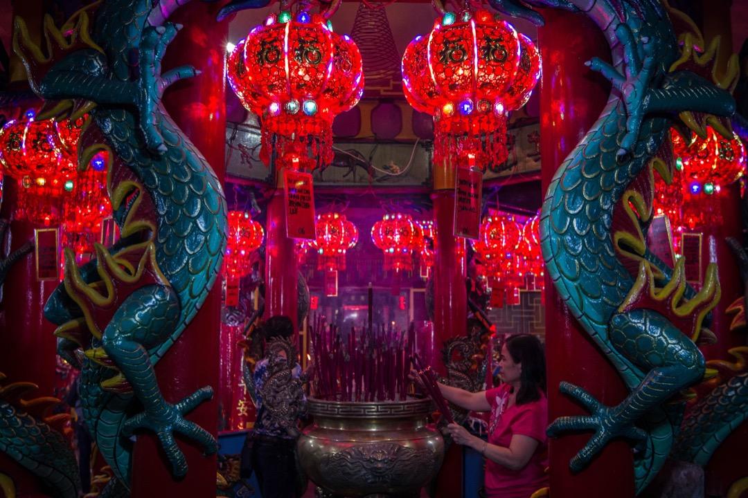 2018年2月15日,印尼雅加達,當地華籍民眾於深夜到 Amurva Bhumi 寺為來年祈福。