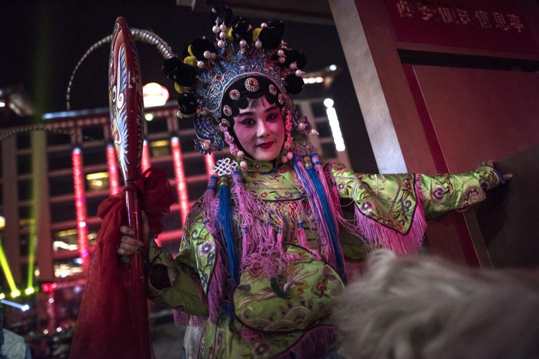 2018年2月14日,西安大唐芙蓉園,表演者正為社火慶典巡遊做準備。 攝:Fred Dufour/AFP/Getty Images