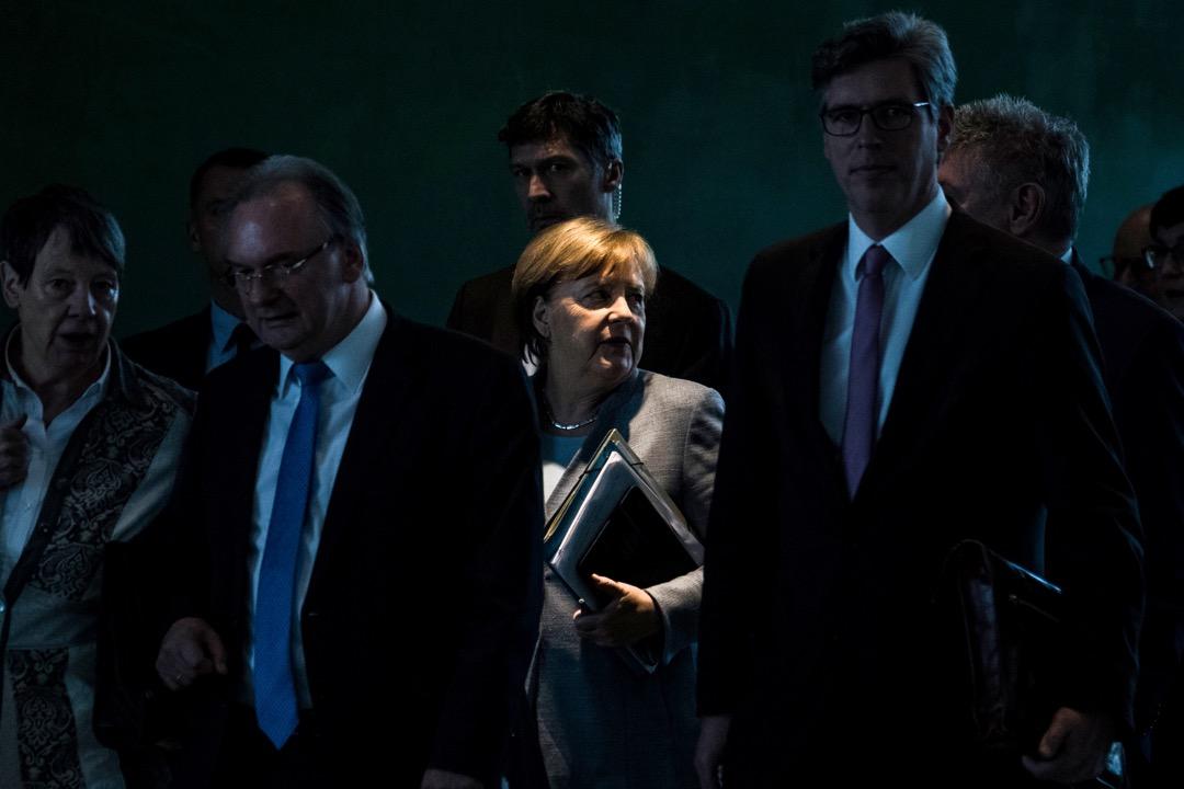 默克爾的「德國女總理」稱呼當中的「女」字,究竟有沒有意義,有什麼意義?一個以女性為行政首腦長達12年,還將長達16年的社會,是否在性別平權上已經走得很遠了呢? 攝:John MacDougall/AFP/Getty Images