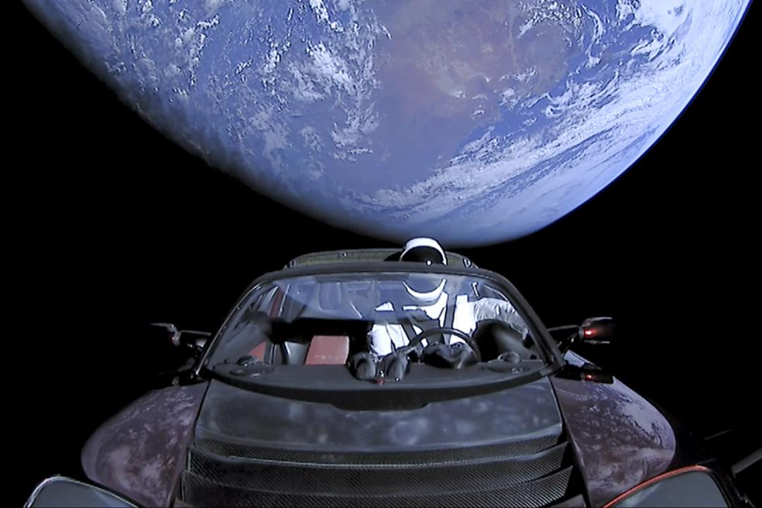 2018年2月6日,美國太空探索公司 SpaceX 在佛羅里達州的甘迺迪航天中心發射了獵鷹重型(Falcon Heavy)運載火箭,將一輛紅色特斯拉(Tesla)電動跑車送入太空。
