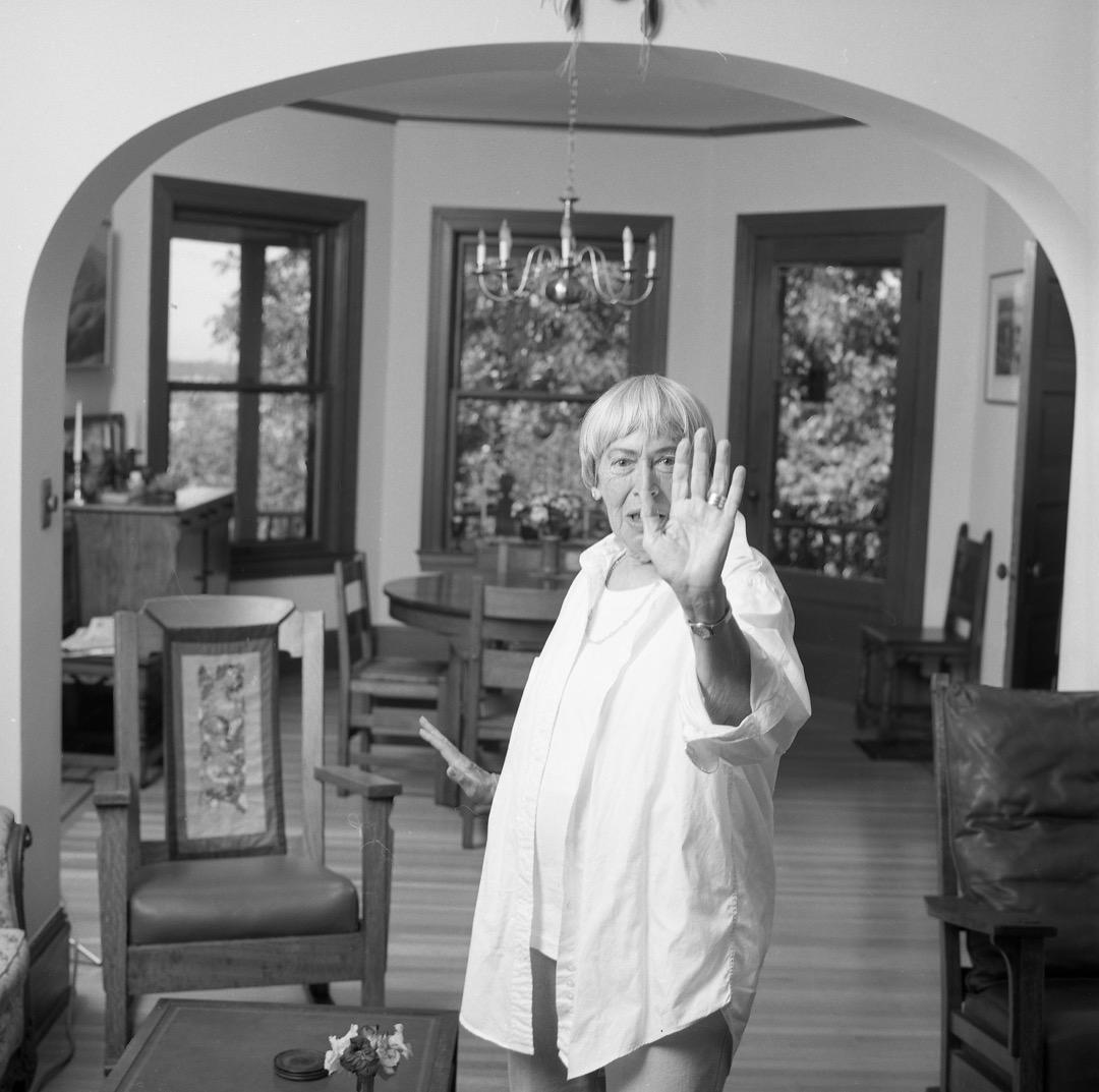 勒瑰恩始終與她筆下的人物和世界一同變化成長。在多年浸潤於女權主義理論與思考中之後,她終於不再作為「名譽男性」來寫作,而是成為一名真正的女性作家,自由探索自己的潛能。