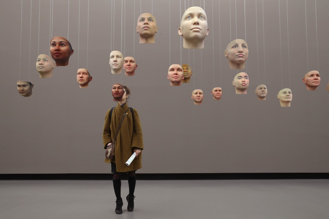2018年1月31日,德國首都柏林舉行年度跨媒體藝術及數碼文化展 Transmediale,一名參觀者在看出自美國藝術家 Heather Dewey-Hagborg 的裝置藝術品「A Becoming Resemblance」。展品是一系列用上前美軍士兵曼寧 (Chelsea Manning) 在變性前於監獄裏偷運出來的DNA衍生出來的3D打印面具。