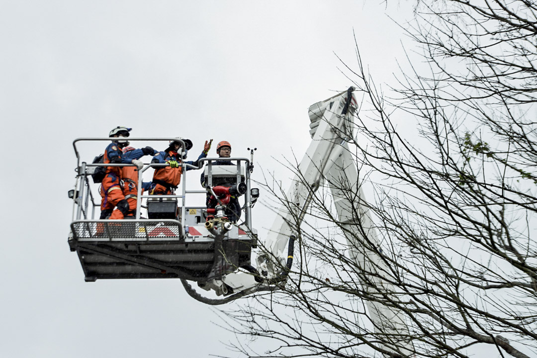 下午二時三十分,雲翠大樓救災人員由雲車送入高樓層入內搜救。