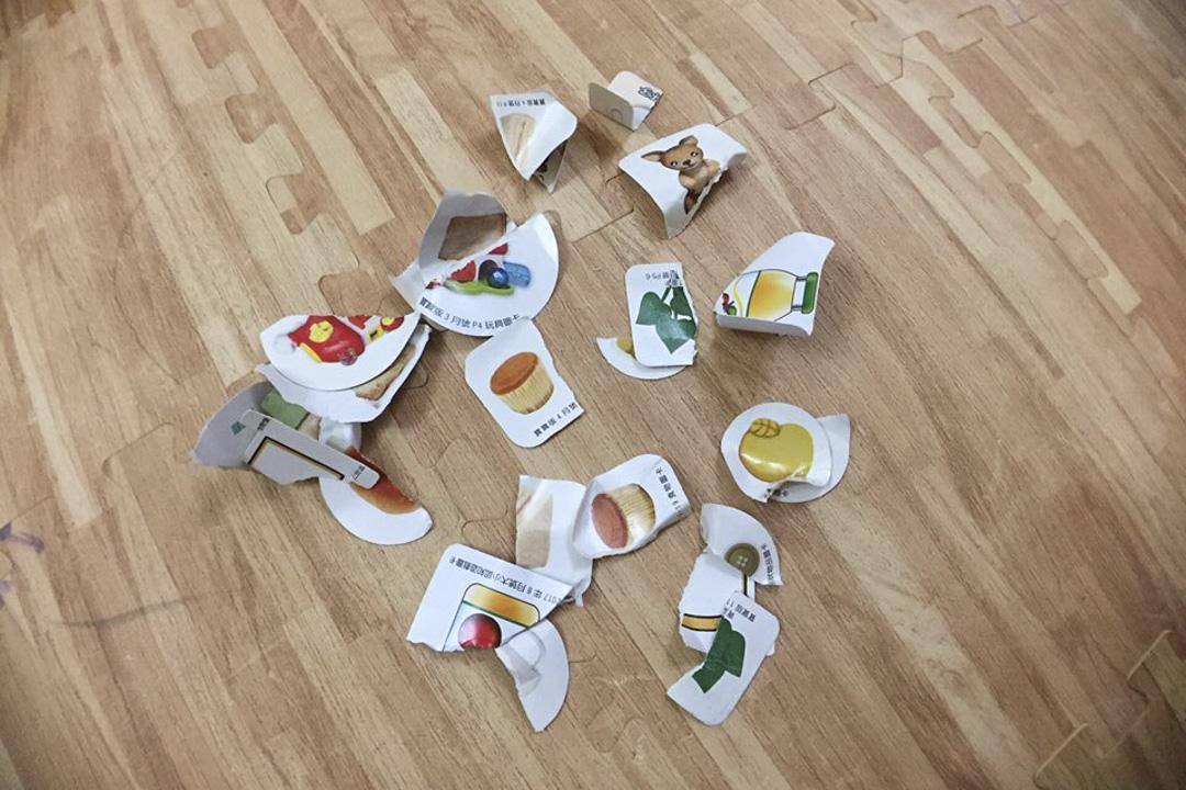 台灣藝人宥勝於2月2日在臉書貼出玩具卡片被撕爛並散落一地的圖片,稱因女兒不懂事,便以當面撕爛玩具的方式予以懲戒和警示。帖文短時間內引發大量討論。 圖片來源:宥勝之旅 Facebook