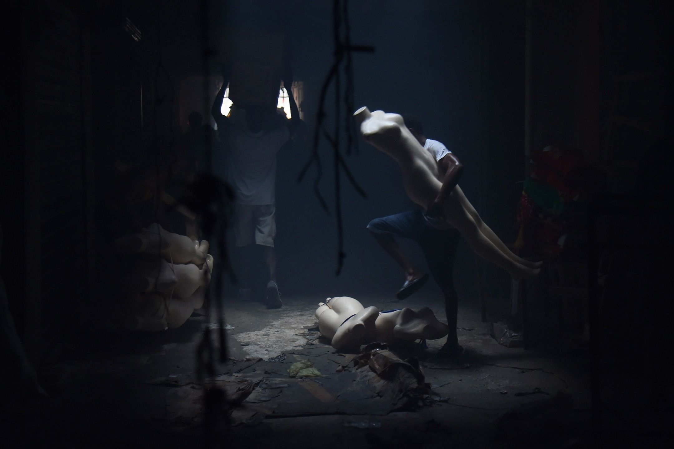 2018年2月18日,海地首都太子港的 Nan Gerit 服裝市場發生大火後5天,檔主回到災場拾回沒有被燒毀的貨品。