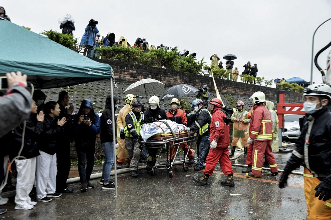 下午三時十五分,雲翠大樓現場,遺體由搜索人員帶離現場。