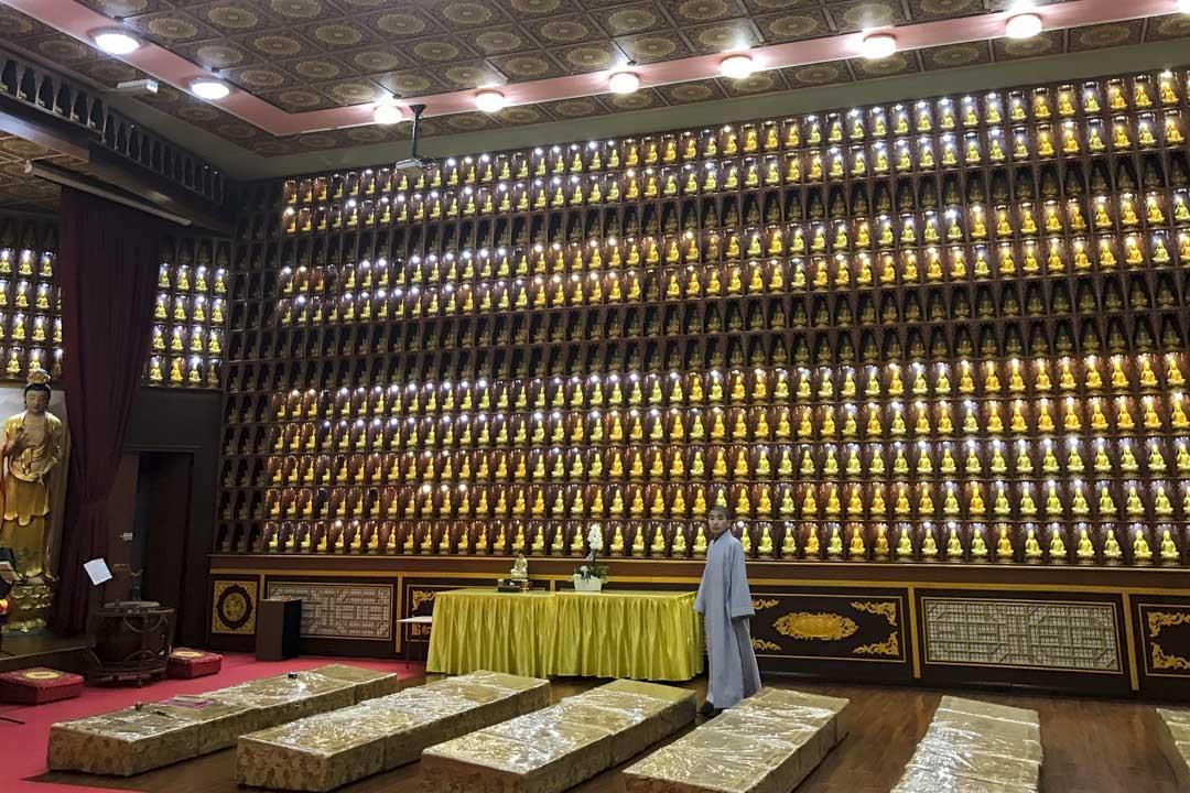佛堂四周的牆面上,布滿了小小的木製佛龕,每個佛龕裏都擺了金色的觀音像,統共有2088座之多。