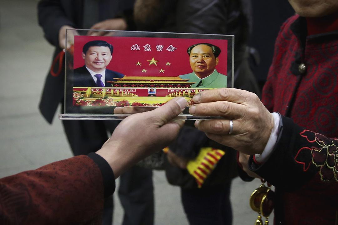 中共中央委員會提議,刪除憲法第七十九條第三款中對國家主席、副主席「連續任職不得超過兩屆」的規定。在沒有對中央軍委主席和黨的總書記有任期規定的條件下,一個集黨政軍三者權力為一身、且無任何形式約束的超級總統制,或者終身總統制便形成了。 攝:Feng Li/Getty Images