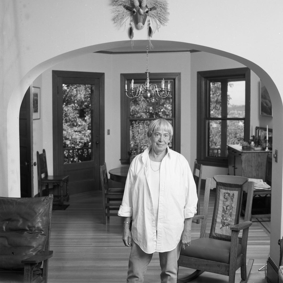 在第二波女權主義熱潮中嶄露頭角的厄休拉·勒古恩成為了女權主義幻想作品的開拓者和領軍人物。勒瑰恩於1月22日離世,終年88歲,圖片攝於2001年。 攝:Beth Gwinn/Getty Images