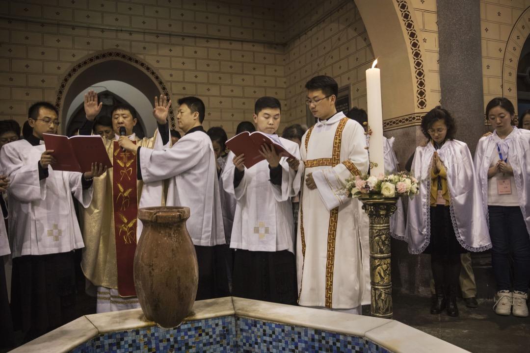近日中梵關係突然風起雲湧。先有媒體報導教廷代表要求中國兩位主教讓位予非法「主教」,再有香港教區榮休主教陳日君樞機和教廷國務院互相駁斥。 攝:Kevin Frayer/Getty Images