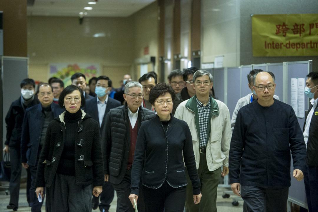 香港特首林鄭月娥率領多名高官及醫管局高層,昨晚抵達沙田威爾斯親王醫院了解情況。