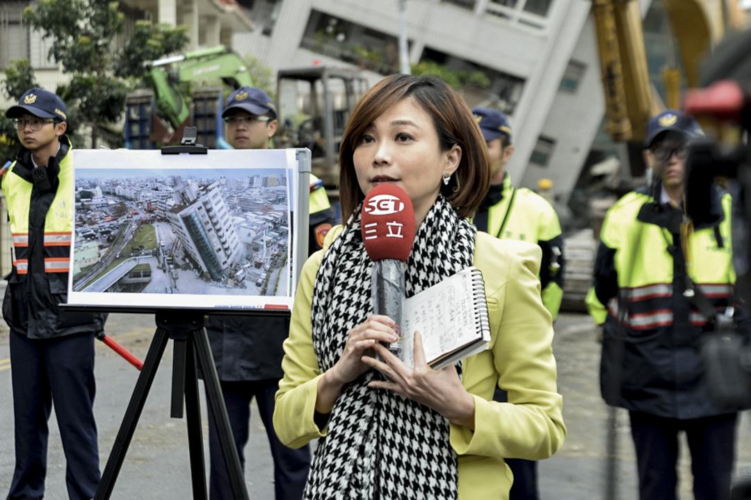 上午十一時四十分,記者在雲翠大樓現場外做新聞報導。