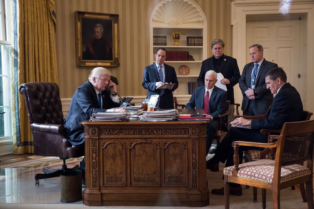 易變的風格同樣體現在白宮高層官員的頻繁變動之中。有任職6個月的白宮幕僚長普利巴斯(中)和新聞發言人斯派塞(右二),7個月的首席戰略師班農(右三),還有23天的國家安全顧問弗林(右一),以及最短10天的通訊主任斯卡拉穆奇。