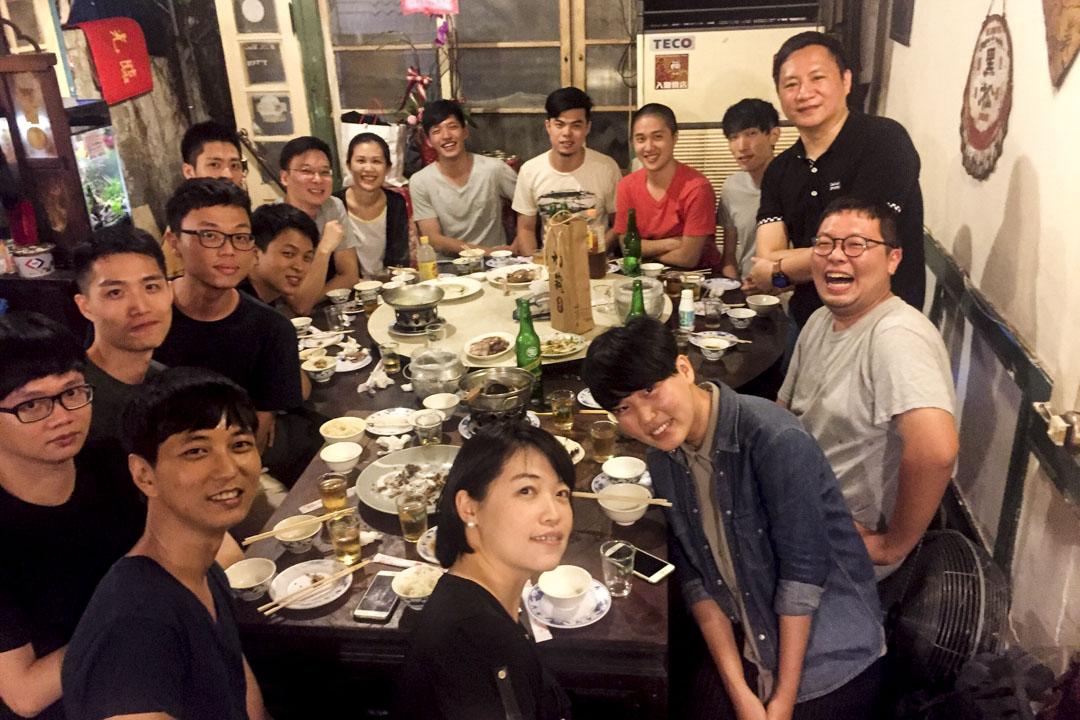 2017年7月,王丹離開台灣前與學生們聚會,太陽花學運領袖林飛帆、陳為廷也在座,王丹與學生們合影留念,而聚會的地點選在阿才的店。