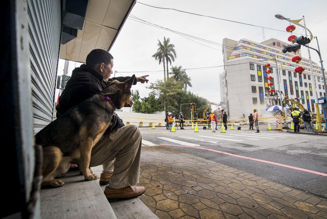 曾經任職於安全部的潘萍春,不捨自己悉心護衛過的統帥飯店將被拆除,早上七點就來到現場待著,遠處觀看大樓被拆。