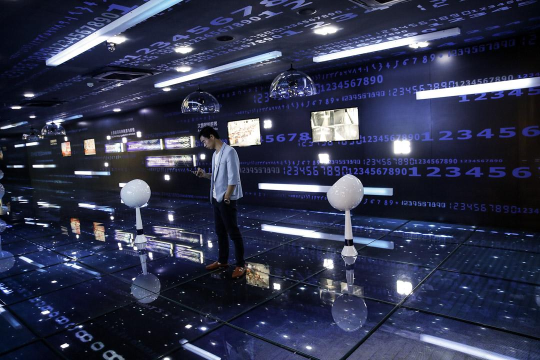 大數據正以前所未有的力量影響著政府決策、商業活動乃至每個人的日常生活。業內預期,中國有望在2020年成為世界第一數據資源大國。圖為2017年5月27日,貴陽舉辦的2017中國國際大數據產業博覽會期間,一位參加者在數據分析中心。  攝:Lintao Zhang/Getty Images
