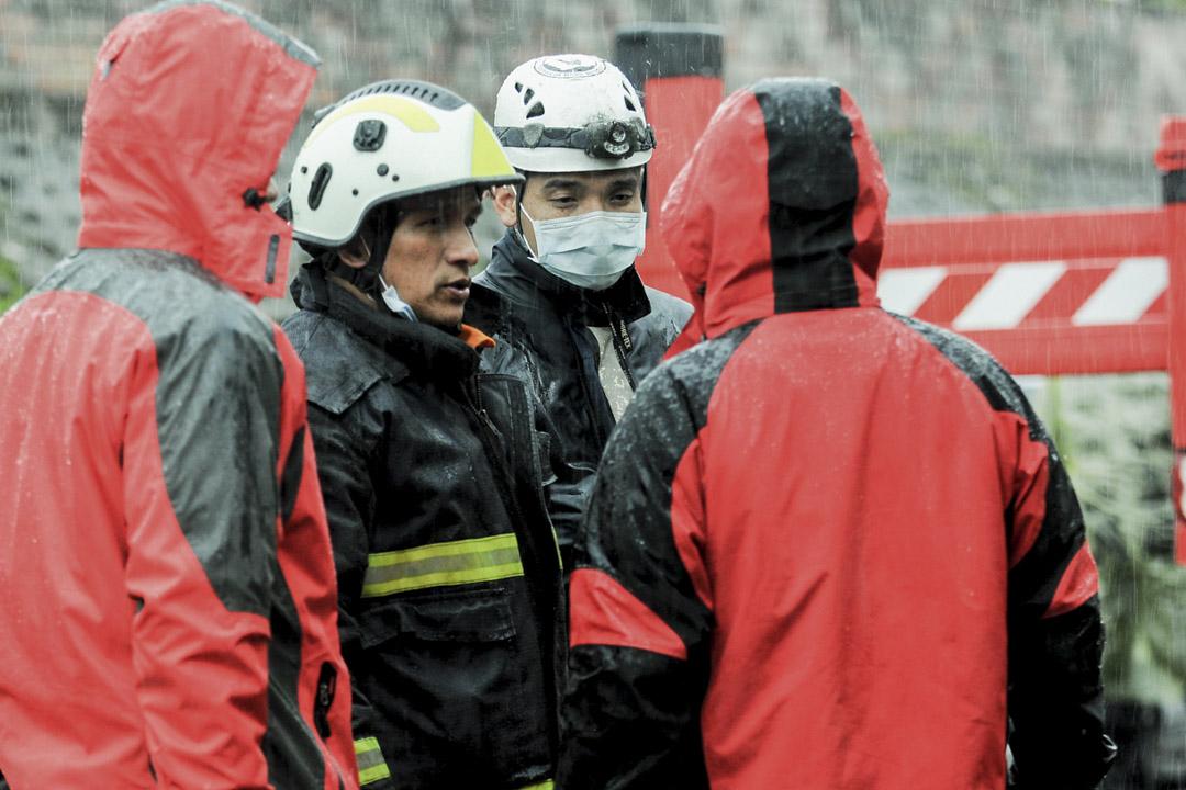 下午三時三十分,大雨擾亂救災人員在雲翠大樓的搜尋工作。