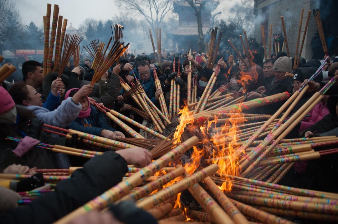 2018年2月16日,中國黑龍江齊齊哈爾,當地民眾在農曆年初一到大乘寺祈求來年健康幸福,期間多民信眾爭先點燃手上的線香。