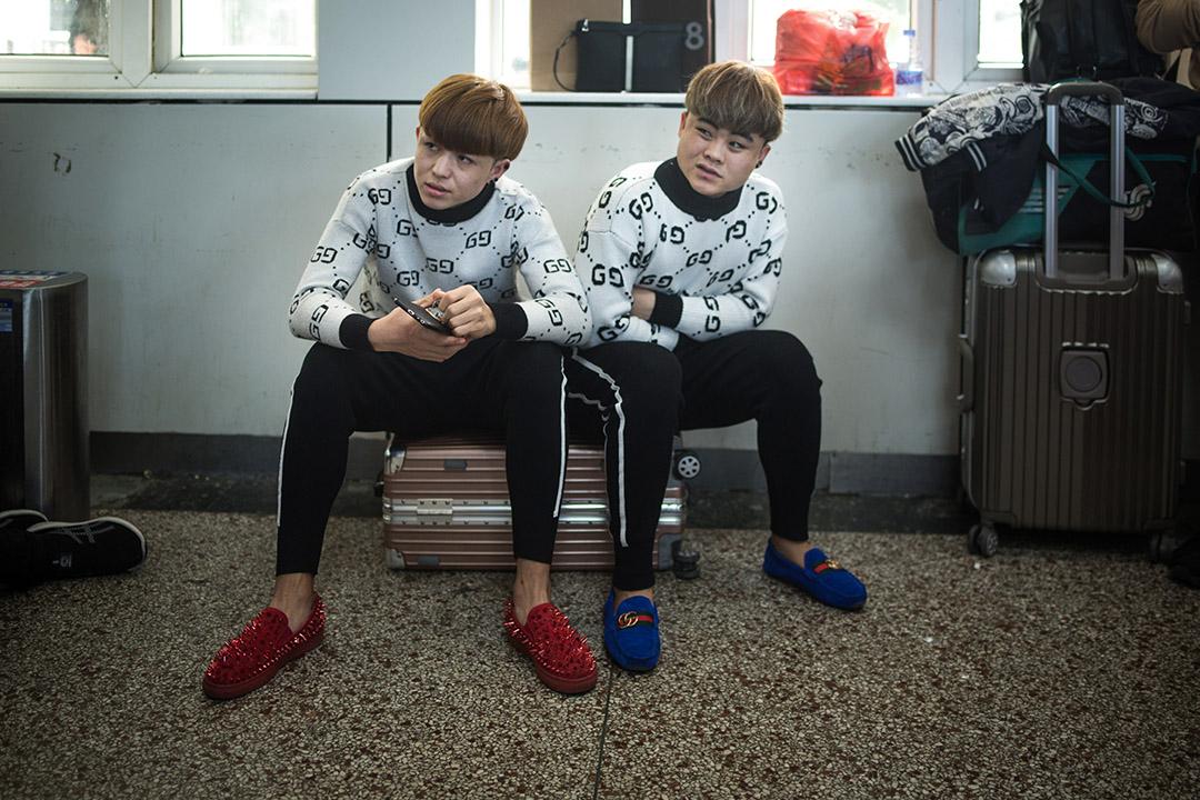 兩名青年在候車室等候登車。