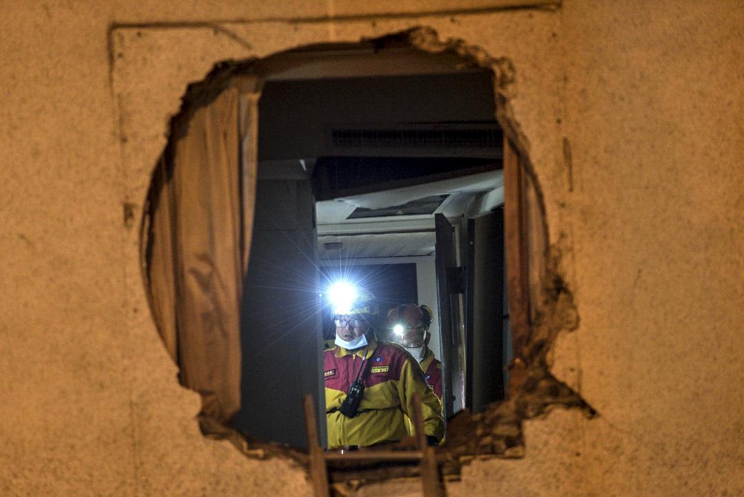 凌晨三時,消防員在災情嚴重的統帥大飯店現場搜索生還者。  攝:林靜怡/端傳媒