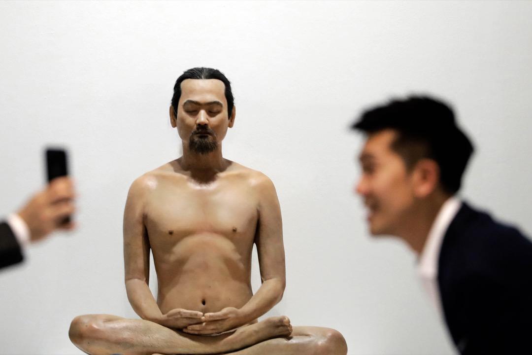2018年1月25日,星加坡 ART STAGE 藝術展預覽,兩位訪客在名為「沒有過去、沒有現在、沒有未來」(No Past No Present No Future)的裝置藝術品前拍照。