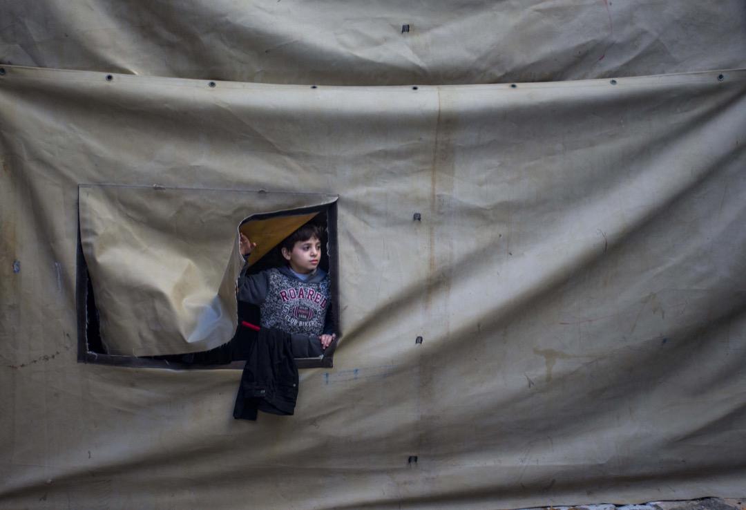 2018年2月1日,巴勒斯坦加沙地區,一名小孩在 al-Shati 難民營裏玩耍。