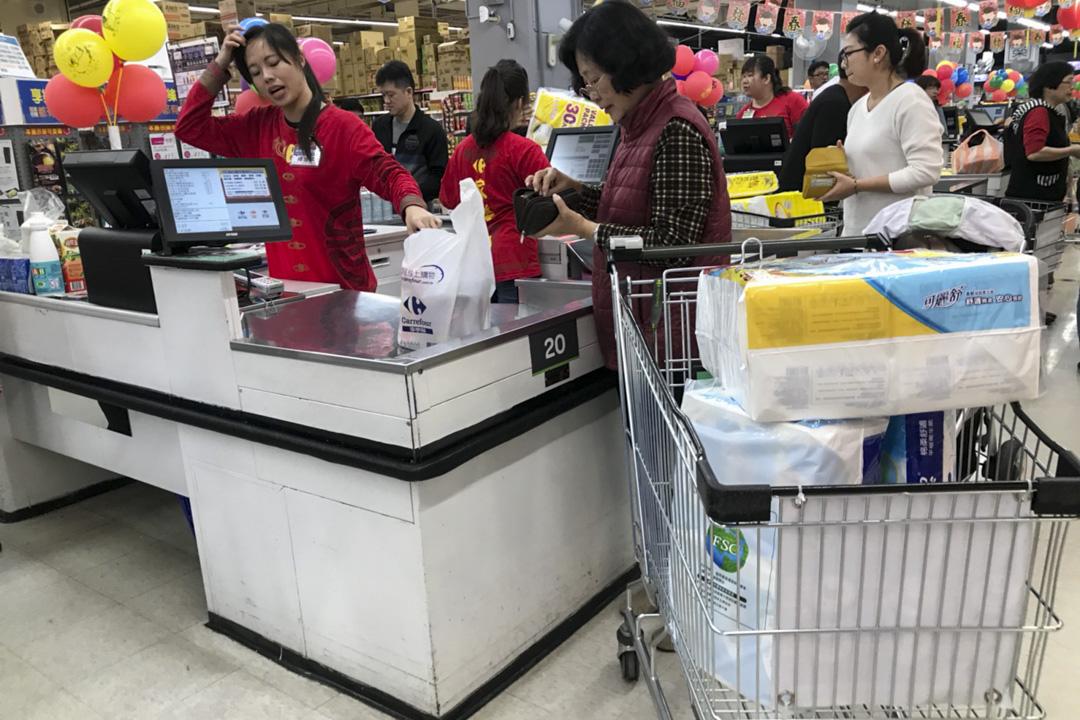 由於紙漿等國際原物料價格上漲,台灣衞生紙於3月中將要加價,加幅最多三成,引起大批民眾搶買囤貨。 圖為2018年2月25日,台南超市出現搶購衛生紙的人潮。 攝:Imagine China