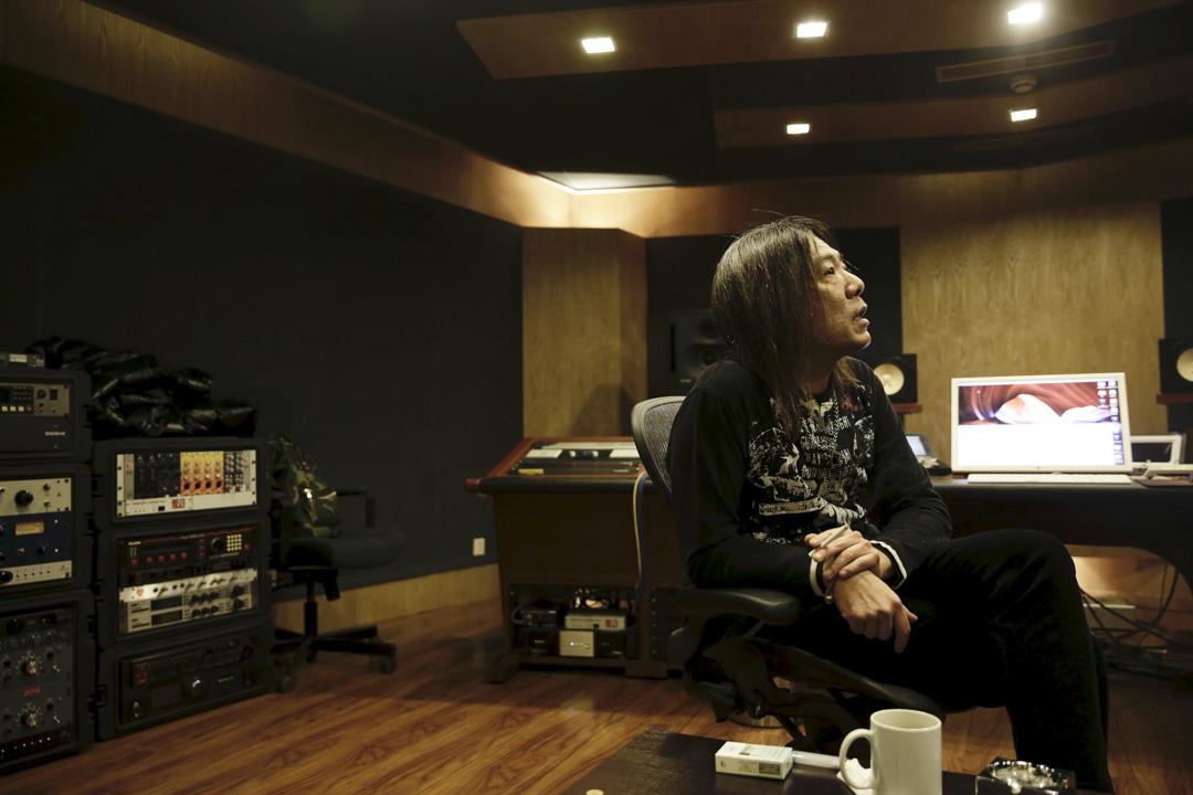 二十多年來,顏仲坤在北京停停走走,經歷了中國搖滾從巔峰快速滑落至寂寞的整個過程。期間曾為歌手順子錄製膾炙人口的歌曲《回家》,也幫崔健執導的電影《藍色骨頭》做原聲帶混音。後來不想再頻繁往返兩岸,決定在北京定居、生活。