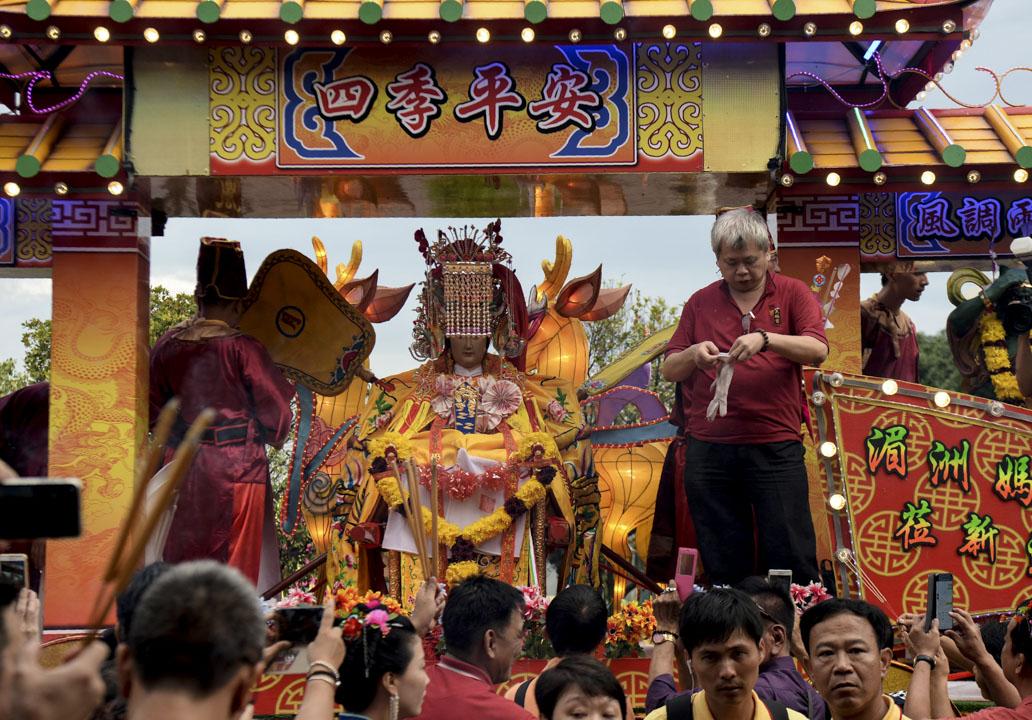 南洋華人在僑居地形成了大量以宗族共同體、方言共同體為基礎的會黨組織,這些會黨組織一端在南洋,另一端連在故土,可以招募本鄉人來到海外。會黨的凝聚力來自兩個方面,一是擬宗族共同體的認同,一是在僑居地對於本鄉神靈的共同祭祀。圖為當地華人在新加坡的寺廟裡祭祀。