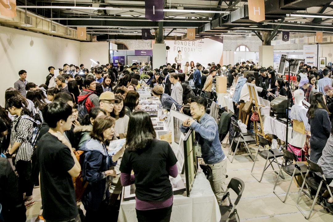 2017年的台北國際攝影藝術交流展,大會租了一千三百平方米的空間做展覽,觀眾依然絡繹不絕。 藝術家必須出席三天的交流展,與觀眾交流創作心得。
