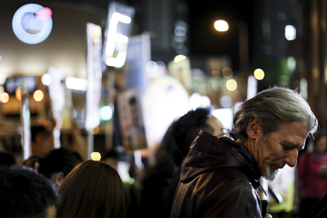 司馬文晚上與支持者在坑口站外拉票。