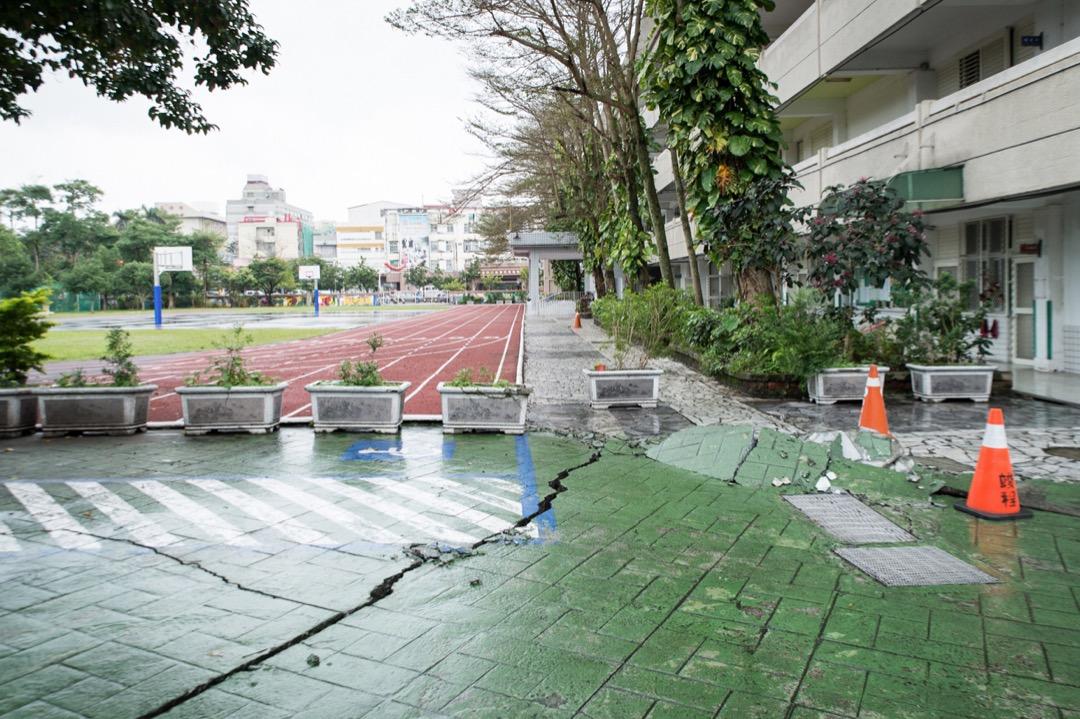 從一般學校校園防災與防災教育現況來說,台灣高中職以下的各級學校,在災害的減災、整備方面,目前除了消防安全依法執行、校舍建築物的結構安全等方面受到重視之外,其他各方面的減災、整備工作都相當不足。圖為花蓮地震中一所受影響的學校。