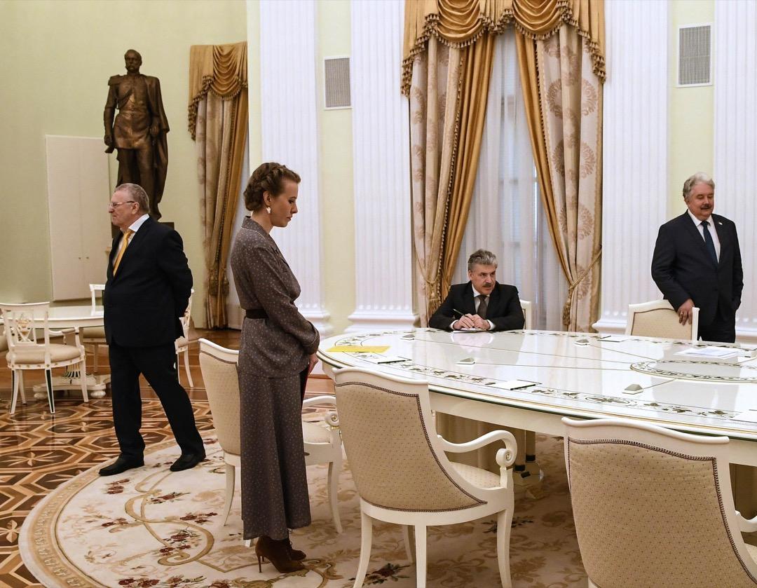 2018年3月19日,俄羅斯大選翌日,落選的參選人(左至右)Vladimir Zhirinivsky、Ksenia Sobchak,、Pavel Grudinin 和 Sergei Baburin 在克里姆林宮等候與勝出大選的普京會面。
