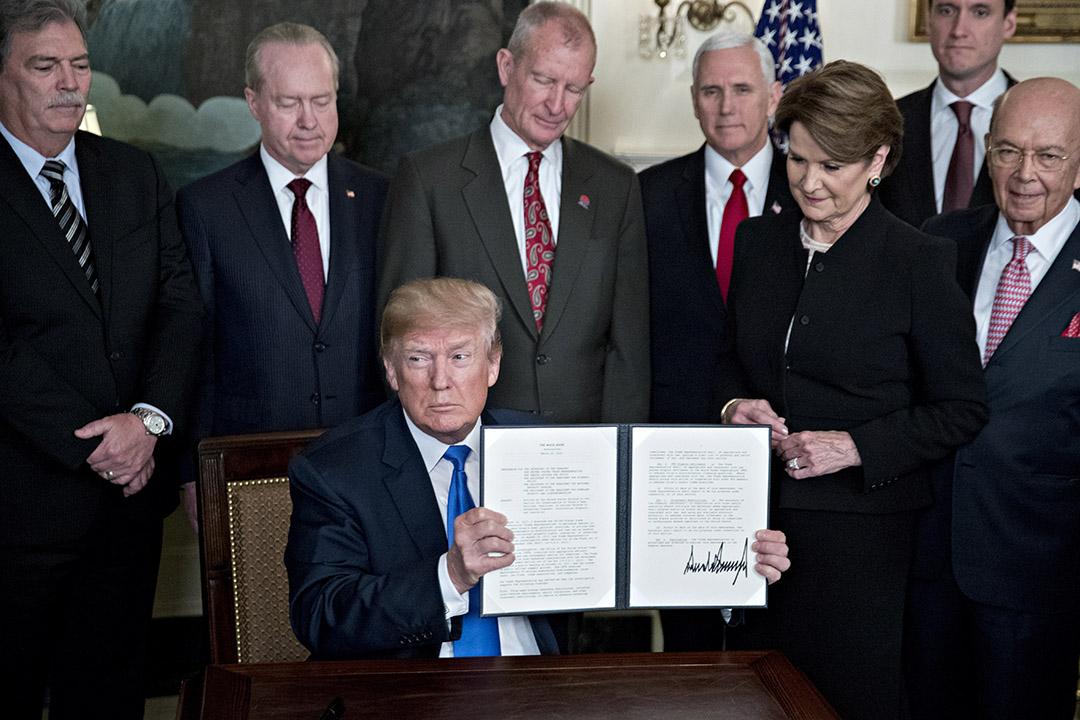 3月22日,特朗普簽署總統備忘錄,指令採取新關税措施,回應中國被美國認為不公平的貿易和投資做法。 攝:Andrew Harrer/Bloomberg via Getty Images