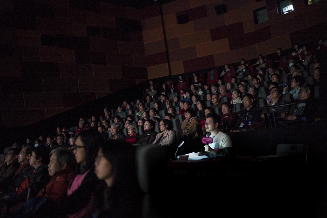 2018年1月7日,香港盲人輔導會好不容易安排到一場電影《空手道》的口述影像,活動被安排在早上九點半,對視障朋友來說,能夠去電影院看一場電影,已經是特別難得的機會。 攝:林振東/端傳媒