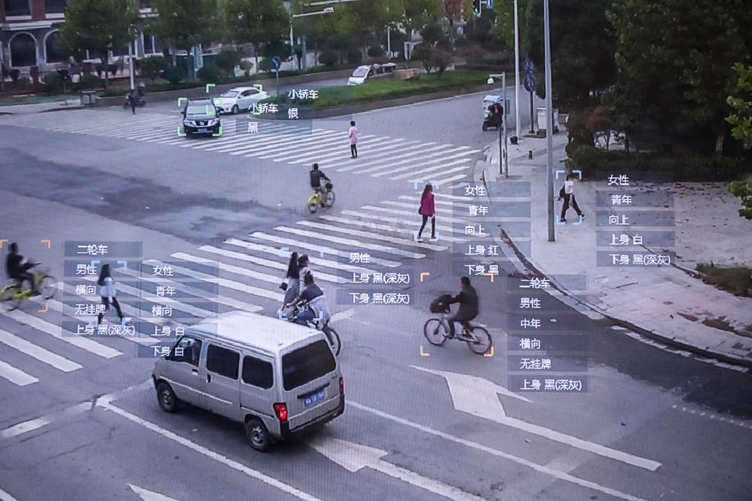 上月深圳交警的「行人過馬路闖紅燈曝光台」透過人臉識別技術,利用安裝在各個路口的攝像頭,抓拍闖紅燈的行人,公示違反交通規則的行人部分信息。在網上引起巨大爭議。圖為一套人工智能閉路電視系統展覽。 攝:Stanley Leung/端傳媒