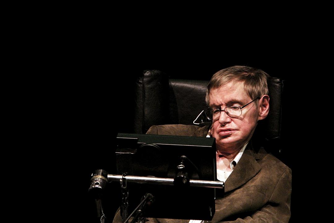 英國著名物理學家霍金(Stephen Hawking)於當地週三(14日)清晨在劍橋寓所逝世,終年76歲。圖為2007年3月13日,霍金在加州大學柏克萊分校發表演講。 攝:Justin Sullivan / Getty Images