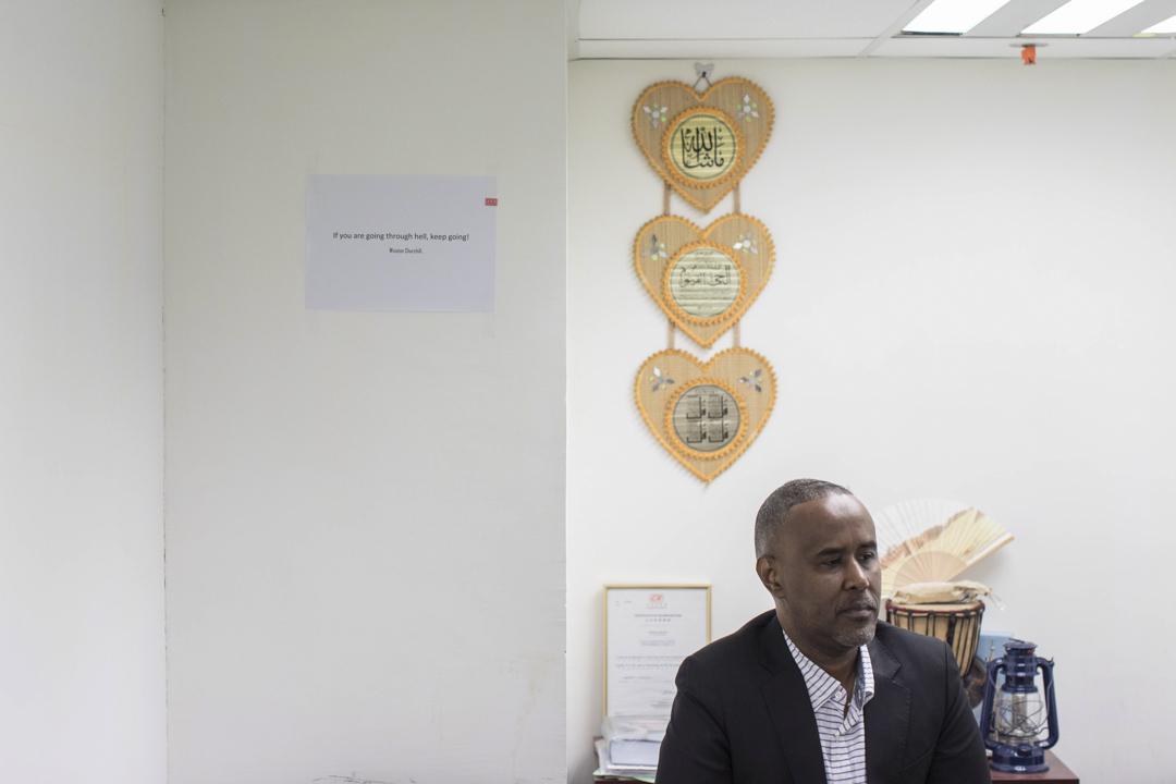 49歲的Ali Muhamed Ali來自索馬里,他給自己起了個中文名叫「穆雅利」,10年前穆雅利在香港開了一家運輸物流公司,幫助在當地做生意的非洲商人把貨物運回家鄉。大約5年前把公司搬到廣州了。