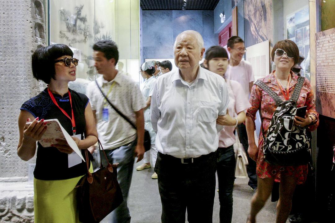 2018年3月19日洛夫病逝於台北榮總醫院,享壽91歲,這突然離世的消息當然震驚了臺灣詩壇。圖為2015年5月23日,洛夫參觀李白在四川綿陽的故居及李白紀念館。    攝:Imagine China