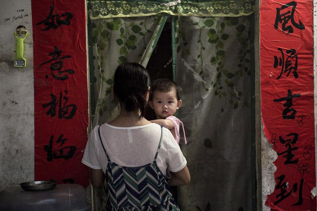 在日前中國大陸召開的兩會中,全國婦聯副主席鄧麗提出關於對家庭教育立法的聯署議案,表示目前留守兒童數量龐大,且許多家庭的實際教育狀況也不容客觀,因而希望可以用立法的方式規範家長的責任與家庭教育的服務。 攝:Nicolas Asfouri-Pool/Getty Images