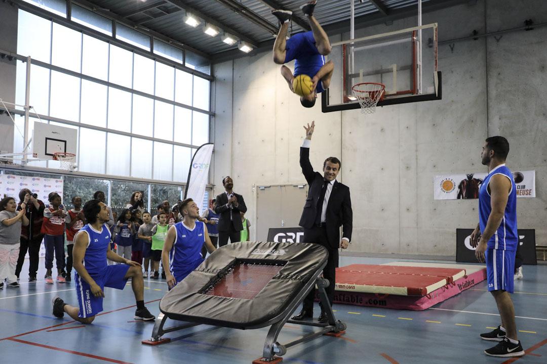 2018年2月27日,法國總統馬克龍在巴黎北部塞納聖但尼附近的Villetaneuse的Jesse Owens體育館參觀當地籃球隊。