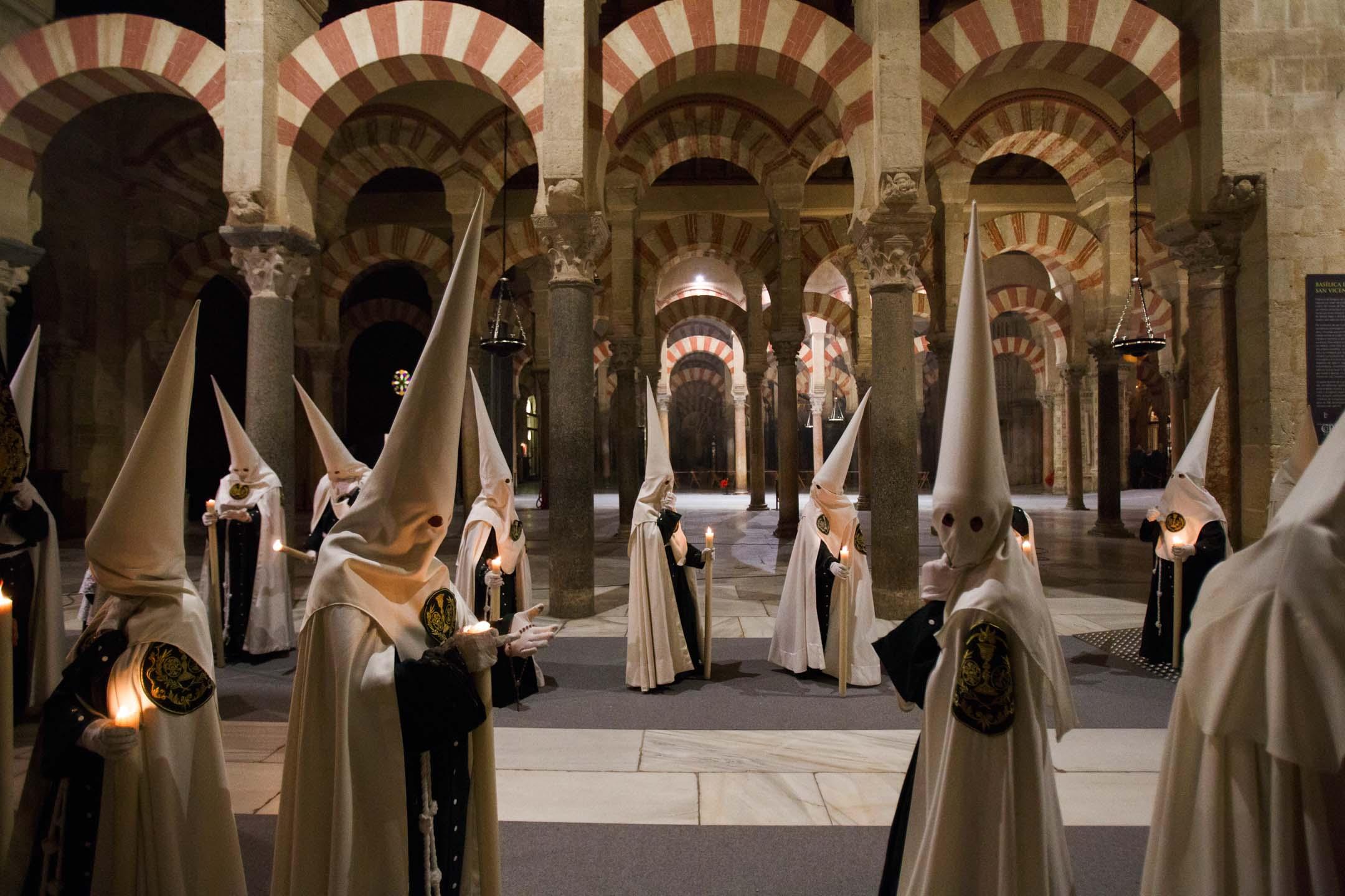 2018年3月25日,西班牙科爾多瓦,El Huerto 兄弟會的悔罪者在「棕櫚星期日」於科爾多瓦主教座堂裏進行宗教遊行。 攝:Pablo Blazquez Dominguez/Getty Images